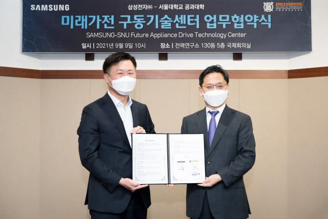 왼쪽부터 이기수 삼성전자 생활가전사업부 부사장과 이병호 서울대 공과대학장이 협약식에서 기념 촬영을 하고 있다