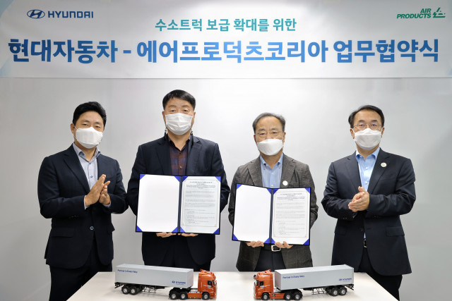 유원하 현대차 국내 사업본부장(왼쪽에서 두번째)와 김교영 에어프로덕츠 코리아 대표이사(왼쪽에서 세번째)가 협약식에서 기념 촬영을 하고 있다