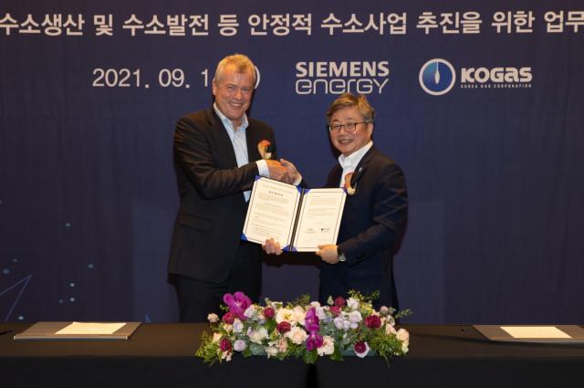 왼쪽부터 요헨 아이크홀트 지멘스에너지 부회장과 채희봉 한국가스공사 사장이 협약식에서 기념 촬영을 하고 있다