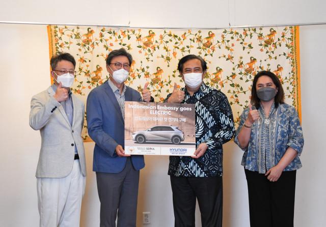 왼쪽부터 현대차 김경수 상무, 현대차 김창범 자문역, 우마르 하디(Umar Hadi) 주한 인도네시아 대사, 젤다 울란 카티카(Zelda Wulan Kartika) 주한 인도네시아 부대사가 아이오닉 5 전달식에서 기념 촬영을 하고 있다