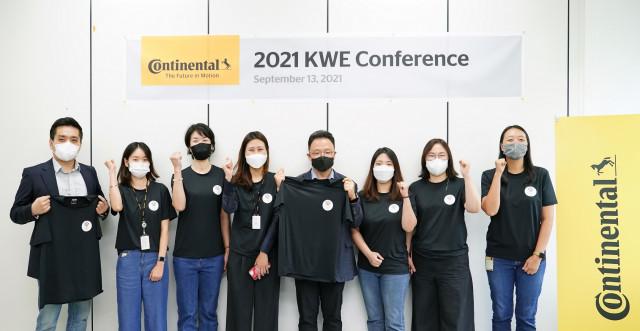 콘티넨탈 코리아 이천판교 사업장 내 '2021 KWE 멤버'들이 기념촬영을 하고 있다