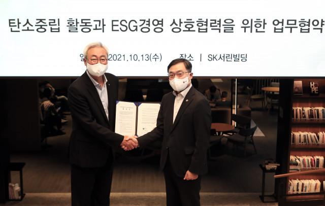 왼쪽부터 김준 SK수펙스추구협의회 환경사업위원회 위원장과 최병암 산림청장이 업무협약식에서 기념 촬영을 하고 있다