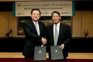 GS칼텍스 허동수 회장(왼쪽)과 신일본석유 마코토 사타니 부사장이 슈퍼커패시터용 탄소소재 합작법인 설립을 위한 양해각서를 체결한 뒤 기념촬영을 하고 있는 모습. (사진제공: GS칼텍스)