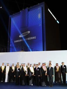삼성엔지니어링 박기석 사장(앞줄 오른쪽에서 세번째)을 비롯한 VIP 들이 SNTV 개관식 행사를 마치고 기념촬영을 하고 있다. (사진제공: 삼성엔지니어링)