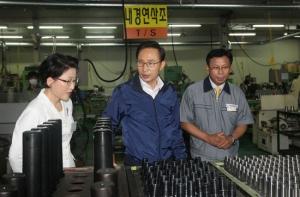 이명박 대통령이 (주)다인정공을 방문하여 산업현장 및 당사 제품을 시찰하고 있는 장면 (사진제공: 다인정공)