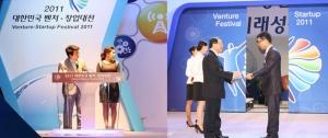 ㈜HNC COO 황윤환 상무가 대리수상을 하고 있다. (사진제공: 에이치엔씨)