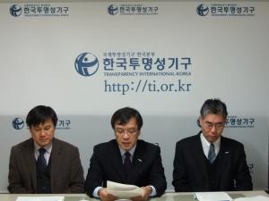 2011년 부패인식지수발표에 즈음한 한국투명성기구 성명서를 낭독하고 있는 김거성회장(가운데) (사진제공: 한국투명성기구)