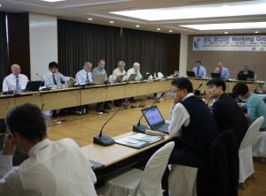 IEC(국제전기기술위원회) TC/SC23E의 워킹그룹(Working Group) 회의에서 한국측 수석대표인 한국전기연구원 안상필 박사(앞줄 왼쪽 3번째)를 포함한 14개국의 23명의 전문가가 열띤 표준화 토론을 실시했다. (사진제공: 한국전기연구원)