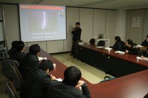 '열정과 야망의 전기이야기' 저자 김석환 박사가 재료분야 연구자들을 대상으로 전기와 전력 분야 기본 원리 등에 대해 소개하고 있다. (사진제공: 한국전기연구원)