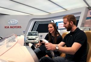 박람회 참가자가 자동차 인포테인먼트 시스템(IVI)을 시연하는 모습 (사진제공: 기아자동차)