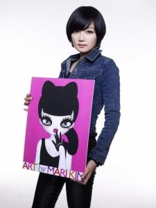 본인의 캐릭터 'EYEDOLL'을 들고 있는 팝아티스트 마리킴 (사진제공: 마리킴 아트 앤 컴퍼니)