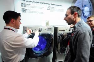 LG전자가 미국 드럼세탁기 시장에서 2007년 1분기부터 매출액 기준 5년 연속, 수량 기준 4년 연속 1위를 기록해 미국 내 드럼세탁기 대표 브랜드로 확고히 자리매김했다. 사진은 지난달 미국 라스베이거스에서 열린 'CES 2012' 전시회에서 LG전자 북미법인 담당자가 혁신상을 받은 드럼세탁기를 소개하고 있다. (사진제공: LG전자)