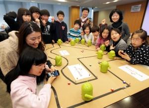 15일 을지로 SKT타워에서 진행한 '찾아가는 스마트교실' 시범 교육에 참여한 초∙중등 학생들이 무선통신기술 중 하나인 블루투스를 이용하여 로봇을 작동시켜보고 있다. '찾아가는 스마트교실'은 SK텔레콤과 교과부가 지난 9월 MOU 체결하고 기업이 보유한 인적, 물적 자원을 활용하여 교육 활성화에 지원하는 방향으로 기획된 재능기부 교육프로그램의 첫 작품이다. (사진제공: SK텔레콤)