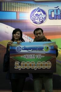 진에어 조현민 전무가 <진에어배 2011 슬러거 통합챔피언십> 개인전 최종 우승자인 신정훈씨에게 우승 상금을 전달하고 있다. (사진제공: 진에어)