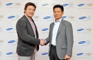 2012년 런던올림픽 무선통신분야 공식 후원사 삼성전자가 2일 장충동 신라호텔에서 영국의 세계적인 스타 요리사 제이미 올리버(Jamie Oliver)를  삼성의 '런던올림픽 홍보대사'로 위촉했다.(왼쪽부터 제이미 올리버(Jamie Oliver), 삼성전자 스포츠마케팅 담당 황성수 상무) (사진제공: 삼성전자)