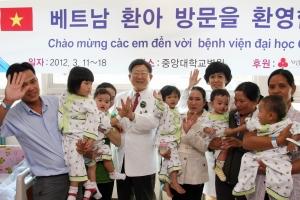 중앙대학교병원 김성덕 원장(왼쪽에서 5번째)이 수술 전 베트남에서 온 어린이 환자들 및 보호자와 기념촬영을 하고 있다. (사진제공: 두산중공업)