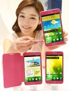 삼성전자 갤럭시노트 핑크 모델을 선보이고 있는 삼성전자 모델 사진 (사진제공: 삼성전자)