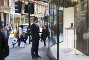 삼성전자 프리미엄 노트북 뉴 '시리즈9'이 영국 런던 옥스퍼드 스트리트에 위치한 유명 백화점 존 루이스 1층 윈도우에 특별 전시되었다. 거리를 지나던 사람이 존 루이스 백화점 1층 윈도우에 전시중인 뉴 '시리즈9'을 바라보는 모습. (사진제공: 삼성전자)