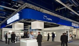 삼성전자는 15일부터 독일 프랑크푸르트에서 열린 '세계 조명•건축 박람회(Light and Building 2012)'에 공식 전시 부스를 설치하고 고효율 조명용 패키지, 엔진 등 총 100여 종의 제품을 선보였다. 박람회 관람객들이 삼성전자 부스를 둘러보고 있다. (사진제공: 삼성전자)