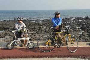 빈폴아웃도어의 '글램핑 인터랙티브 무비' 촬영장에서 약 한달여만에 재회한 김수현(오른쪽), 정은표(왼쪽) 두사람은 다시 한번 환상의 호흡을 선보이며 2012년 상반기 최고의 콤비임을 과시했다. (사진제공: 제일모직)