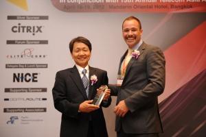 SK텔레콤 한남석 IT 기술원장(사진 왼쪽)이 Telecom Asia측으로 부터 'Best Mobile Carrier'상을 수여받고 있다. (사진제공: SK텔레콤)