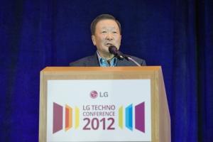 구본무 회장이 유학생들과의 만찬자리에서 인사말을 하고 있는 모습 (사진제공: LG)