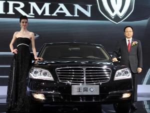 쌍용자동차 이유일 대표이사(오른쪽)가 모델과 함께 「체어맨 W」 2.8 옆에서 포즈를 취하고 있다. (사진제공: 쌍용자동차)