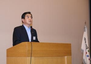 김윤 회장이 연구원들에게 R&D의  중요성에 대해 강조하고 있다. (사진제공: 삼양그룹)