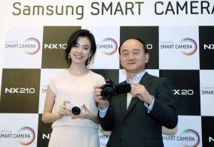 삼성전자 디지털이미징사업부장  한명섭 전무와 삼성 카메라 모델 한효주가 새로운 NX 시리즈를 선보이고 있다. (사진제공: 삼성전자)