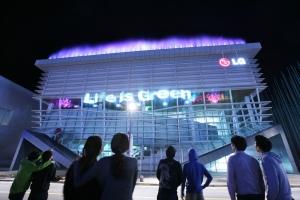 2012 여수 세계박람회에서 관람객들이 LG관 전면에 수직으로 떨어지는 물줄기로 만든 가로 32.6 미터, 세로 4.2 미터 규모의 초대형 와이드 스크린에 'Life is Green'이라는 LG관의 주제가 선명히 드러난 '워터 스크린'을 바라보는 모습 (사진제공: LG)