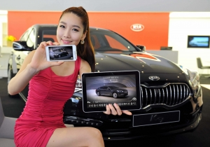 기아차가 선보일 K9 전용 애플리케이션 'K9 앱'은 국내 자동차 업계 최초로 스마트기기 카메라를 통해 각종 기능 버튼을 비추면 해당 기능의 정보를 바로 보여 주는 '기능소개 카메라' 기능과 멤버십 서비스 및 이벤트 안내 등 K9과 관련된 다양한 내용을 포함하고 있다. (사진제공: 기아자동차)