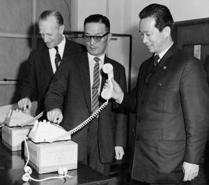 1961년, 국내 최초 국산화 한 자동전화기(모델명:GS-1)로 시험통화하고 있는 구인회 LG 창업회장 (사진제공: LG)