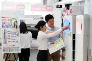 서초구 잠원동에 위치한 LG전자 베스트샵 반포점을 찾은 고객들이 휘센 에어컨 제품 상담을 받고 있다. (사진제공: LG전자)