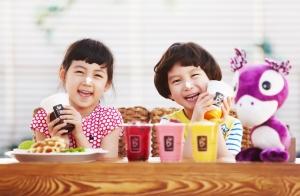 카페베네를 찾은 어린이들이 어린이메뉴인 초코 바나나 카푸치노(사진 왼쪽)와 코코퍼니(사진 오른쪽)를 마시며 즐거워하고 있다. (사진제공: 카페베네)