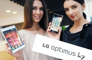 모델들이 혁신적 디자인 LG전자 'L-Style' 시리즈 '옵티머스 L7'을 들고 포즈를 취하고 있다. (사진제공: LG전자)