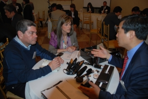 5월2일(현지시간) 미국 뉴욕에서 열린 미국 대형유통사 중소기업 상담회에 참석한 한 중소기업 대표가 자사제품을 바이어들에게 설명하고 있다. (사진제공: 중소기업청)