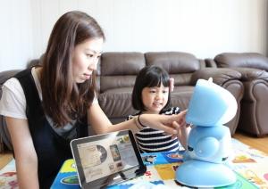 KT는 가정의 달을 맞아 스마트 로봇 '키봇2'와 가정용 태블릿PC인 '스마트홈 패드'를 할인된 가격에 선물할 수 있는 선납요금제를 출시하고 출시기념 특별 프로모션을 시행한다. 사진은 키봇2와 스마트홈 패드를 이용중인 모습 (사진제공: KT)