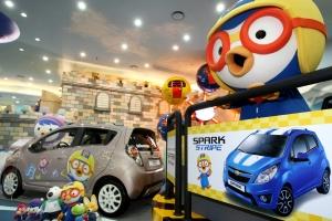 한국지엠주식회사(이하 한국지엠)는 오늘 잠실 롯데월드에 새로 개장한 뽀로로 파크에 쉐보레 스파크 차량을 향후 1년간 전시 한다. (사진제공: 한국지엠)