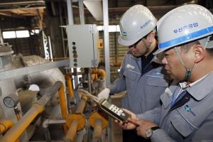 경남 창원 두산중공업 단조공장에서 온실가스 담당자들이 탄소배출 계측기 수치를  확인하고 관련 설비를 점검하고 있다. (사진제공: 두산중공업)