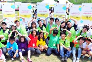 현대자동차는 어린이날을 맞아 5일(토) 서울 난지한강공원에서 다문화 가정 총 900여명과 대학생 자원봉사자 180명 등 약 1천 여명이 참가한 가운데 '제10회 이주민 자녀와 함께하는 어린이날 무지개 축제'를 가졌다. 사진은 이날 참여한 다문화 가정 어린이들이 자원 봉사자들과 기념촬영을 하고 있는 모습 (사진제공: 현대자동차)