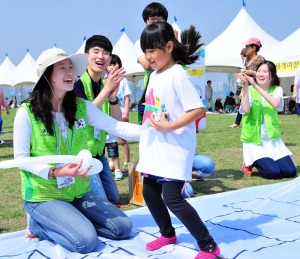 이날 행사에 참가한 자원봉사자와 아이들이 함께 축제를 즐기고 있는 모습 (사진제공: 현대자동차)