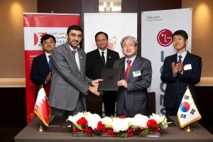 김대훈 LG CNS 사장(앞줄 오른쪽)과 모하메드 알리 알까드(Mr. Mohammed Ali AlQaed) 전자정부청장(앞줄 왼쪽)이 바레인 전자정부청 BLIS(법인 등록 및 인허가 시스템) 사업 계약을 체결하고 기념촬영을 했다. 뒷줄 오른쪽부터 조준호 LG사장, 핫산   파크루(Dr. Hassan Fakroo) 통상산업부 장관, 백상엽 LG CNS 전략/마케팅본부장) (사진제공: LG CNS)