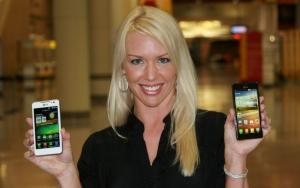 LG전자가 미국 뉴올리언스에서 8일부터 10일까지 열리는 미국최대 이동통신전시회 'CTIA Wireless 2012'에 참가해 전략 스마트폰들을 대거 선보였다. 왼쪽부터 무안경 3D 스마트폰 '옵티머스 3D 맥스', 첫 쿼드코어 스마트폰 '옵티머스 4X HD'. (사진제공: LG전자)