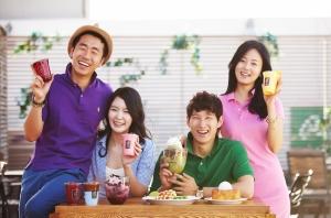 카페베네를 찾은 고객들이 컬러풀한 신메뉴를 마시며 즐거워하고 있다. (사진제공: 카페베네)