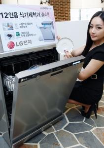 LG전자 모델이 DD 모터를 적용한 12인용 식기세척기 신제품을 소개하고 있다. (장소: LG 트윈타워) (사진제공: LG전자)