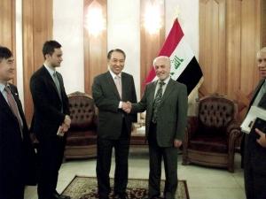 강덕수 STX그룹 회장(사진 가운데 왼쪽)이 지난 7일 이라크를 방문, 바그다드 부총리관저에서 알 샤리스타니(Hussain Al-Shahristani, 사진 가운데 오른쪽) 이라크 부총리와 만나 플랜트∙엔지니어링 분야 사업 협력 방안에 대해 심도있는 논의를 나눴다. (사진제공: STX)