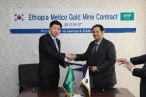 젬파크 E&M 정병렬대표(좌) Africa International Investment Co.,Ltd 대표 Mr. SulaimanM. Al-Darwish(우) (사진제공: 젬파크이앤엠)