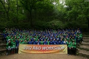 녹십자 R&D 부문 임직원이 두릉산에서 파이팅을 외치고 있다. (사진제공: 녹십자)