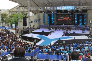 KT는 5월 11일 코미디빅리그 아삼인의 사회로 2만 관중이 모여있는 연세대학교 무악대동제의 아카라카 응원단 행사 무대에서 'WARP 스피드 게임 대회' 결승전을 진행했다. (사진제공: KT)