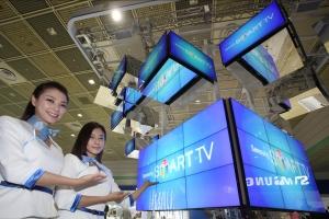 삼성전자 모델들이 15일부터 18일까지 서울 삼성동 코엑스에서 열리는 '2012 월드 IT쇼'에서 삼성 스마트TV의  진화를 형상화한 조형물을 소개하고 있다. (사진제공: 삼성전자)